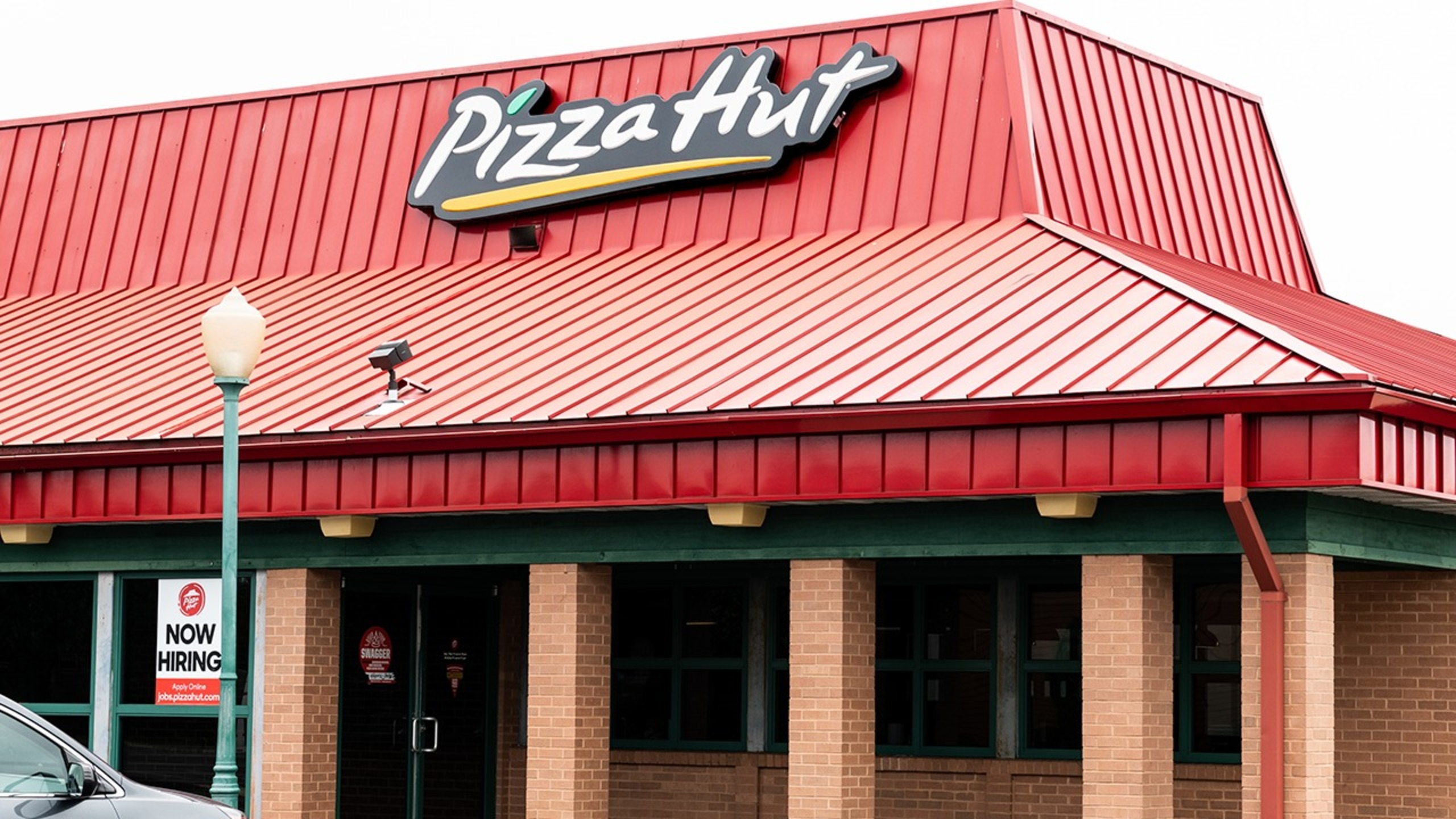 Pizza Hut to close 500 dine-in locations across US