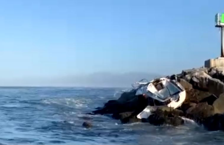 Deputies save 3 men in dangerous rescue after sailboat crashes onto rocks in Marina del Rey